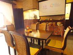 ランチタイムはサラダバーから一番近いテーブル席。