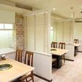【2Fテーブル】2名様から利用可能宴会で使いやすい4名掛けのお席となっております。2F席は白を基調としたおしゃれな空間です♪席と席の間には仕切りもあるので、他のお客様とお顔を合わせることはありません!