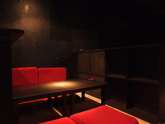 人気のお座敷ソファー席。赤基調のおしゃれ空間