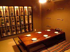 壁にびっしりと並ぶ焼酎の一升瓶が情緒溢れる。親しい仲間内での飲み会などに最適な個室です。他の部屋からも離れているのでプライベート感たっぷり。