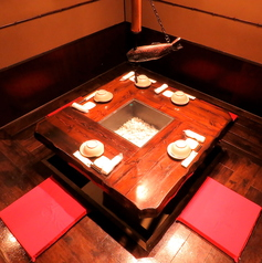 ≪5名様用個室≫昭和の雰囲気漂う人気の囲炉裏風のお席★ぐるりとテーブルを囲むお席は、みんなの顔が見えると大好評!なかなか味わえないレトロな雰囲気の中で、当店自慢の創作料理と種類豊富なお酒をお楽しみいただけます♪旬の味覚と贅沢鍋で歓送迎会♪