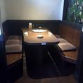 6名様向けの半個室のテーブル席です。壁面のステンドグラスが落ち着いた大人の雰囲気です。※同タイプのお席が他にもございます。