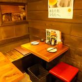 2名様用のテーブル席も完備☆木の温もり感じる店内は居心地抜群!デートの最適◎