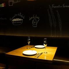 壁紙がオシャレで雰囲気抜群のソファ席。デートや女子会に最適のお席です♪