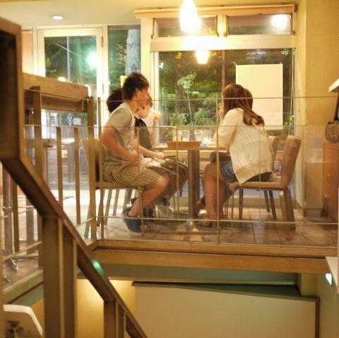 店内にはたくさんのテーブル席をご用意しています。レイアウトの変更も可能ですので、お気軽にお声掛けください!