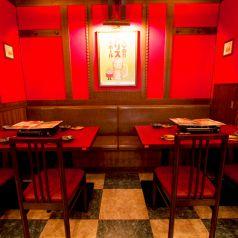 落ち着いた4名様テーブル席×2テーブルどうし連結可能、最大10名様までお座り頂けます。