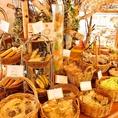 お土産や贈答品に。見た目にも楽しめる焼き菓子コーナー。季節折々の飾り付けがお楽しみ頂けます☆