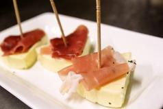 料理メニュー写真チーズと生ハムのピンチョス