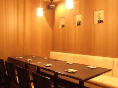 落ち着いた雰囲気のテーブル席。[広島/流川/宴会/鉄板焼き/誕生日/お好み焼き/女子会/接待/牡蠣/鉄板/歓送迎会]