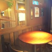 カントリー調のゆったりテーブルが人気!お近くにダーツ台も設置あり☆