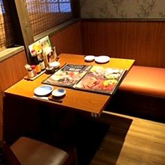 2名様席。 会社帰りのサクのみに◎少人数から大人数でのお食事にも!各種テーブル席を取り揃えています。シーンに応じて様々なお席をご用意させて頂きます!