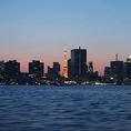 夜景を眺めながら、船上で楽しいひとときをお過ごしください。