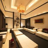 ラグジュアリーホテルを思わせるラウンジスペースを、お待合いスペースとして貸切でご利用いただけます。他のゲストに気兼ねすることなく、開宴前の時間をお過しいただけます。