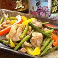 料理メニュー写真鶏もも肉と大蒜の芽炒め/Stir-fried chicken legs and garlic shoots