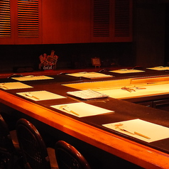 高級感あふれる豪華石造りカウンターは接待でも定評あり。角席を使えば4名から8名まで