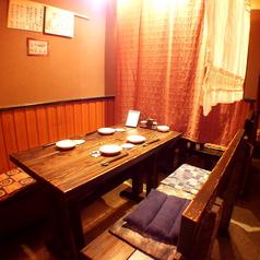 間切りで仕切られた半個室のようなテーブル席。