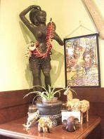 タイの雑貨が飾られた店内