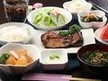 料理メニュー写真日替わりランチ(サラダ・メイン・小鉢・ご飯・味噌汁・ドリンク)