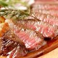 料理メニュー写真国産牛ランプの炭火焼き~ルーコラとパルミジャーノチーズ、熟成バルサミコソースで~