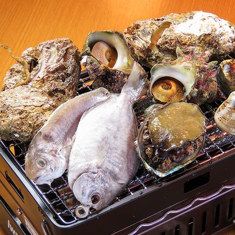 【熱々新鮮!】鮮魚の盛合せ、ロール寿司、にぎり寿司含む★豪華浜焼きコース(デザート付)