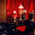 棺が飾られたメインフロア