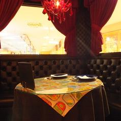 店内の角のお席はまるでカップルシート♪こだわりの内装が雰囲気の良さを醸し出す★