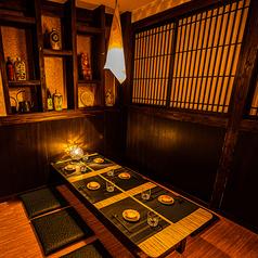 和情緒溢れる上質な個室空間。照明も明るすぎず、ゆったりとした時間をお過ごし頂けるお座敷席となっております。大事な接待や会食にも最適です。歓送迎会の催し事にもぴったりの空間です。