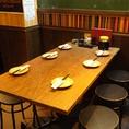<1階>入口入ってすぐ右手のテーブル席は6名様までご利用頂けます!すぐ隣には大きな黒板があってついつい懐かしい気分になること間違いなし!(笑)入ってすぐのお席なので、待ち合わせなどにも最適なお席です。