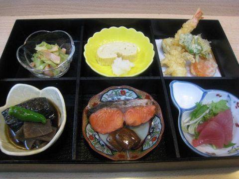 旬の野菜や魚介を堪能できる松花堂はお店の自慢!お昼にも夜にも人気の一品です。