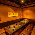 和情緒溢れる空間は、四辺がしっかりと仕切られている扉付き個室となっております。広々とした空間でのご宴会をお楽しみください。宴会コースは、飲み放題付3,000円~お値段別に各種ご用意しております。