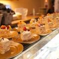 パーティーや貸切に人気のビュッフェコースにも必ずケーキが付いてきます♪女性ゲストの心をギュッと掴む、フルーツたっぷりの宝石のようなケーキが楽しめるのが「ア・ラ・カンパーニュ」の魅力。魅惑のスイーツに、男性もつい手が伸びます♪