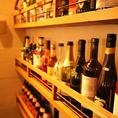 店内にはお酒のボトルが飾られています♪ワインの種類も豊富!お料理に合ったお酒をご用意させて頂きます。