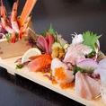当店は北海道札幌市で『水産卸し』を営んでおります。だからこそ新鮮魚介をお得なお値段で提供できます。『漁師町の刺身板盛』(500円)は、来店されるお客様が必ずご注文される人気メニュー!なぜなら使用する鮮魚は根室の一番セリ直送で札幌市場経由よりも1~2日早い入荷の特級鮮度!