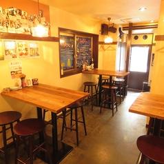 4名様テーブル2席、2名様テーブル3席ご用意しています。