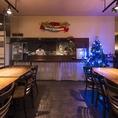 大きなクリスマスツリーに。クリスマスのオブジェ。店内を季節に合わせて装飾し雰囲気を盛り上げてくれる