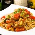 料理メニュー写真フレッシュトマトとアボカドの冷製パスタ/鶏と木の子のクリームパスタ