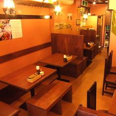1Fはテーブル席で2名様向け、4名様向け、8名様向けのお席あります!!タイで食事しているような錯覚に!!でも清潔な店内なのもウリです♪