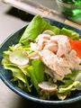 料理メニュー写真地鶏のむね肉と季節のお野菜のサラダ