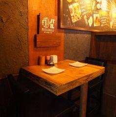 2人でサク飲みにぴったりな2名テーブル。
