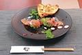 料理メニュー写真自家製スモークサーモンとアボガドのタルタルすしスタイル