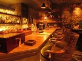 《じっくり楽しめるカウンター》ずらりと並ぶありとあらゆるお酒を眺めながらじっくりとお酒を楽しめます。