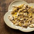 料理メニュー写真マッシュルームだけのサラダ 美味しいオリーブオイルと塩で。