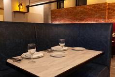 人気のペアソファー席は背もたれが高く、周りのお客様との区切られ感が抜群です。二人だけの近い空間で、ゆっくりとお食事をお楽しみください。