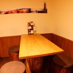 可愛い丸椅子のテーブル席