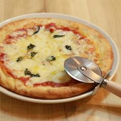 料理メニュー写真フレッシュバジルとイタリアントマトのマルゲリータ