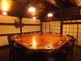雰囲気抜群のテーブル個室!圧巻のムード。屋根裏部屋にいるような木の造りがなんだか和む空間。円卓なのでワイワイお喋りをしながらお食事を愉しんで頂きたいお部屋となっております!