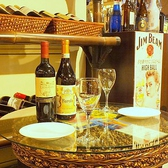 お洒落な2名掛けのハイテーブルもご用意。デートに人気のお席になっております。