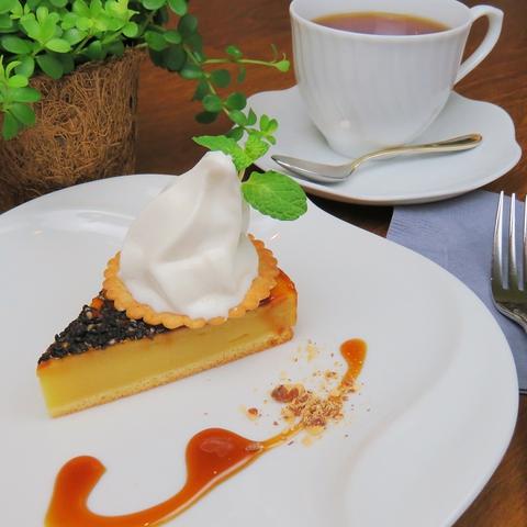 落ち着いた空間でゆったりと一休みできるカフェ♪おいしいケーキはいかがですか?