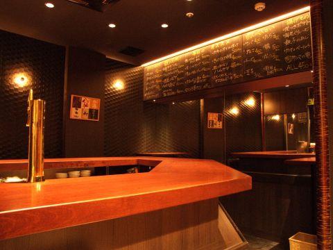 ビルの地階に佇む大人の隠れ家的な空間。豊富な日本酒と自慢の料理で楽しむひと時を…