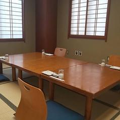 ご宴席やご家族向けは勿論、接待やご法要にもご利用いただけます。お客様同士感覚をあけてのご利用が可能です。少人数~大人数までご利用人数に合わせたお関の間隔調整が可能ですので、お気軽にご相談ください。※座椅子、高座椅子、テーブル席にも対応可能です。